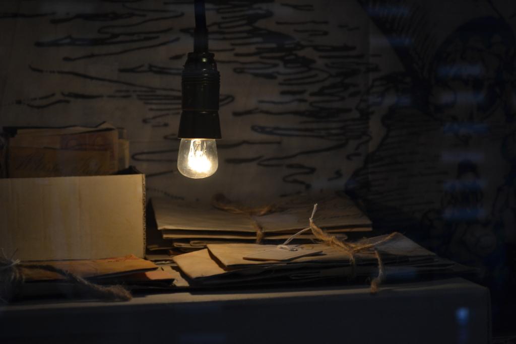 Glühbirne mit Auswander*innen Briefe