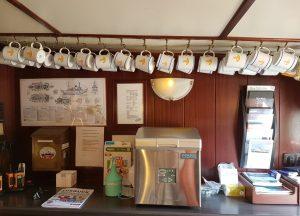 Kaffeebecher hängen an Haken von der Decke (c) Tanja Albert