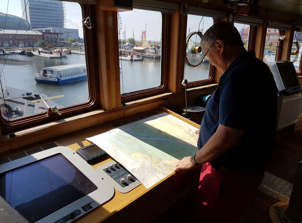 Kapitän blickt auf die Seekarte (c) Tanja Albert