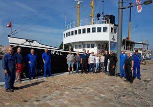 """Crew vor dem Dampf-Eisbrecher """"Wal"""" (c) Tanja Albert"""