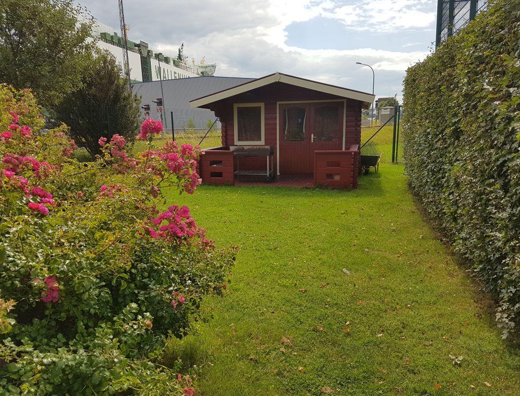 Gartenhäuschen mit Rasen und blühnenden Blumen (c) Tanja Albert