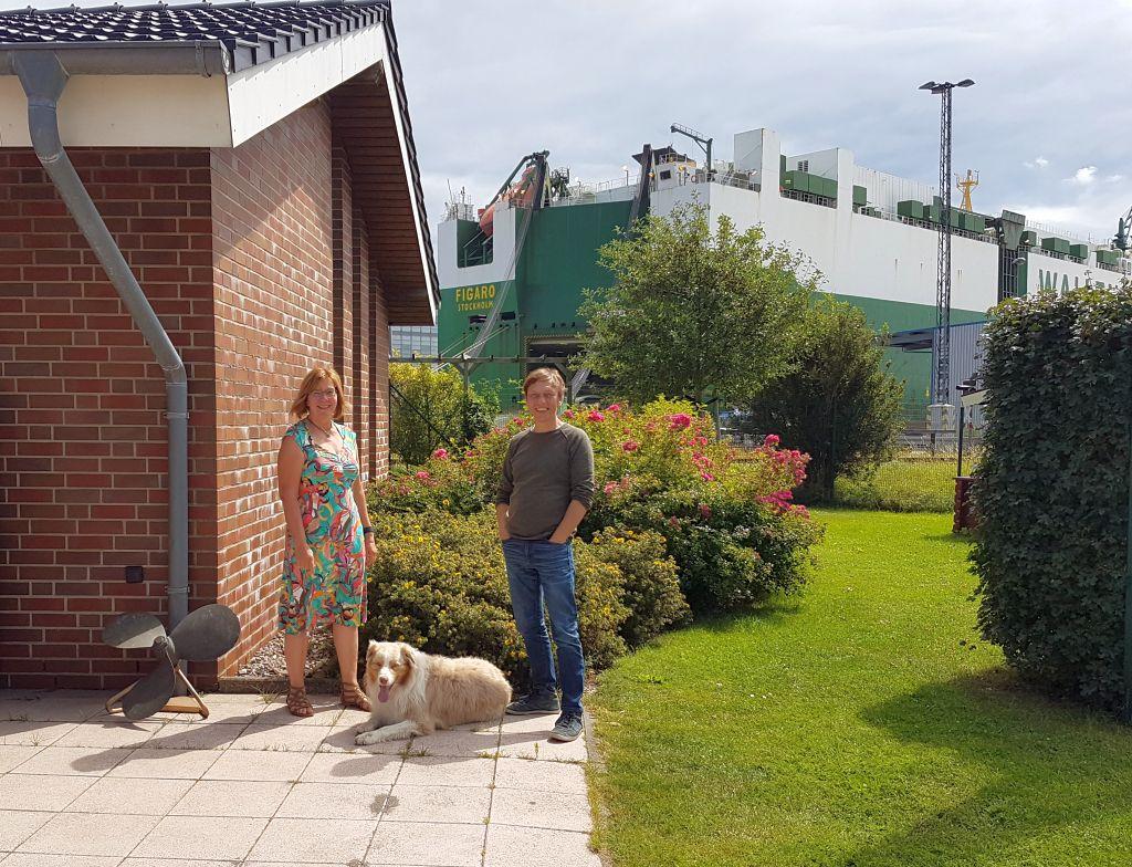 Antje, Hund Sparky und Thomas und im Hintergrund der Car Carrier Figaro (c) Tanja Albert