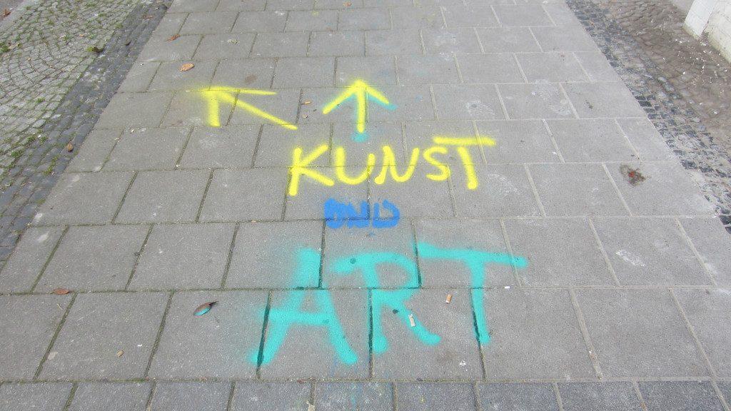 Wegweiser führen zu den Ausstellungsorten der ArtSpace. (c) S. Mosler