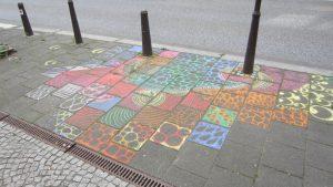 Kunst ist ansteckend. Spontan entstandenes Kreidemosaik einer Besucherin. (c) S. Mosler