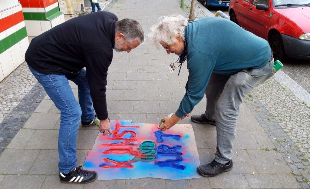 Jens Rillke und Jochen Hertrampf bewaffnen sich mit Kreidespray. (c) A. Jaeger