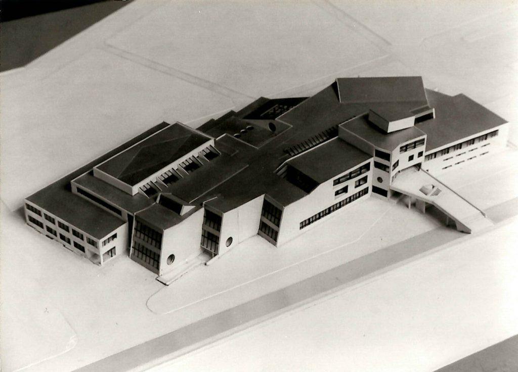Modell des Scharoun-Baus aus Sicht der Deichseite.