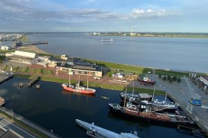 Der Museumshafen und das Deutsche Schifffahrtsmuseum von Oben mit Blick auf die Weser. Die GPS-Tour führt über das gesamte Gelände.