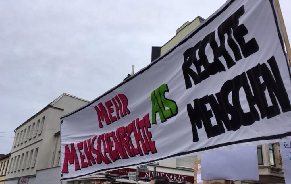 """Ein Banner, auf dem """"Mehr Menschenrechte als rechte Menschen"""" zu lesen ist"""