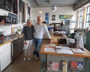 Ein Paar steht in einem Café hinter dem Tresen (c) Tanja Albert