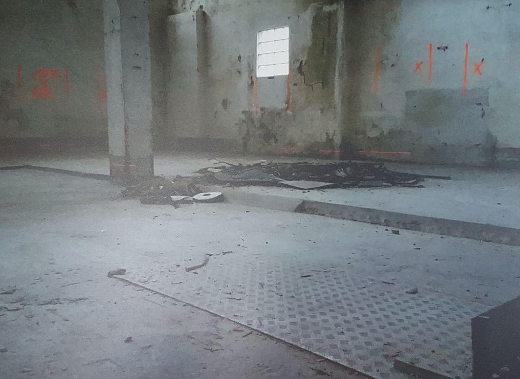 Leere Halle mit Schutt auf dem Boden (c) Tanja Albert