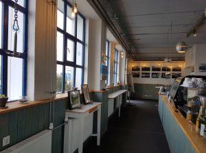 Blick in Tresenbereich und Gastraum in Grete's Café (c) Tanja Albert