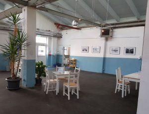 Gastraum von Grete's in der Halle mit Pflanzen und Bildern an der Wand (c) Tanja Albert