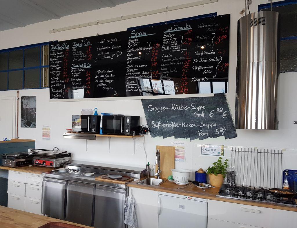Tafel im Grete's mit Speisenangebot über den offenen Küche im Grete's (c) Tanja Albert