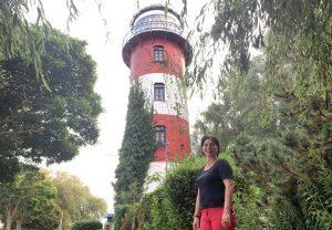 Tanja vor dem Leuchtturm Brinkama Hof (c) Lina Selimi