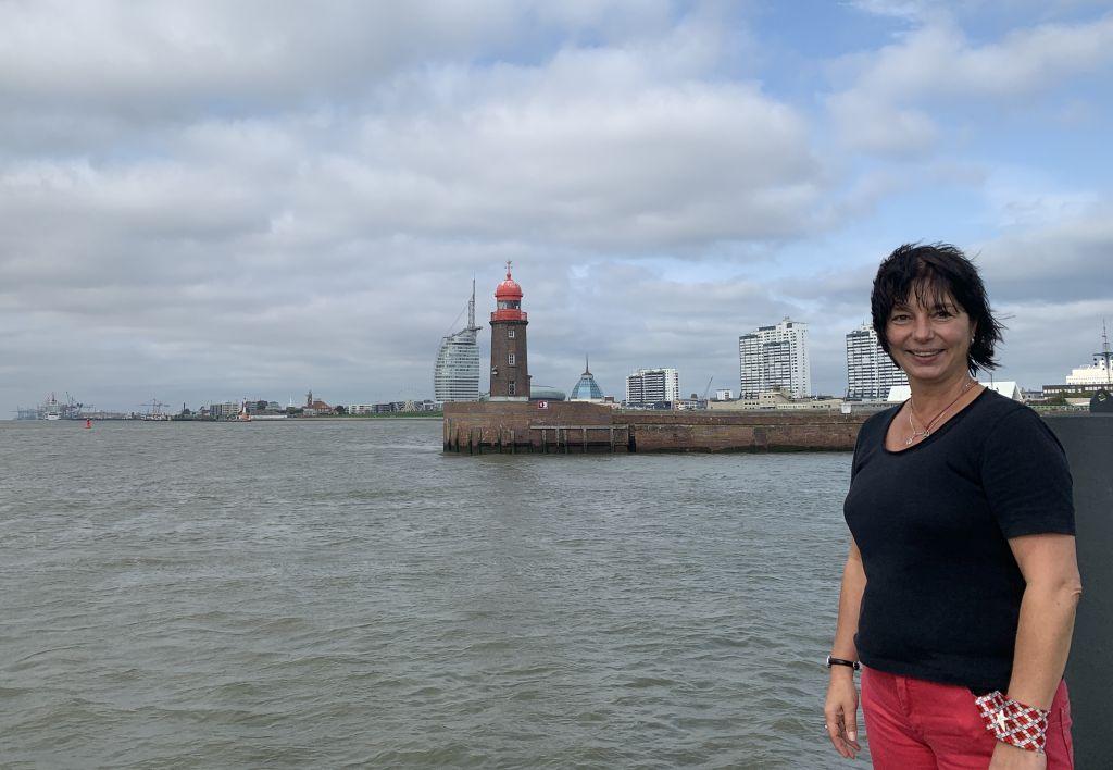 Tanja vor der Skyline Bremerhaven (c) Lina Selimi