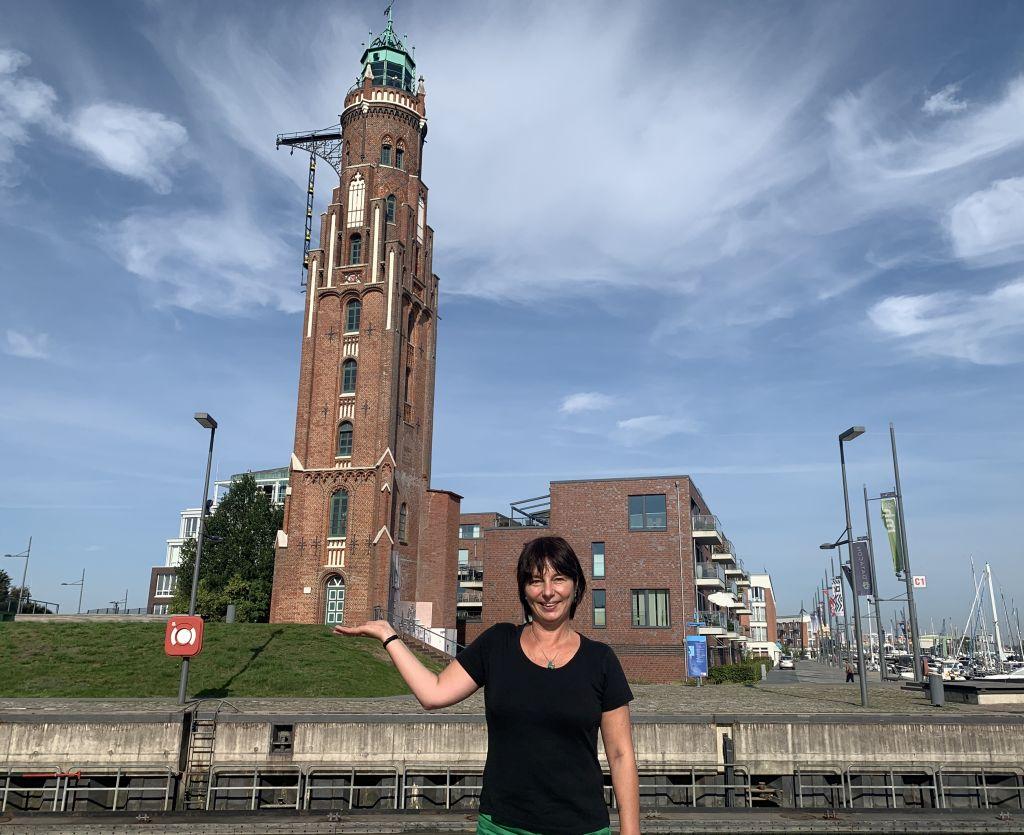Tanja vor dem Simon-Loschen-Leuchtturm (c) Lina Selimi