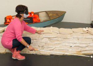 Durch eine Augenmaske blind ertastet Tanja ein Exponat im Klimahaus 8° Ost (c) Tanja Albert