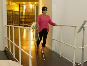 Tanja ertastet sich blind mit Hilfe des Langstocks ihren Weg durch das Klimahaus 8° Ost (c) Andreas Larmann