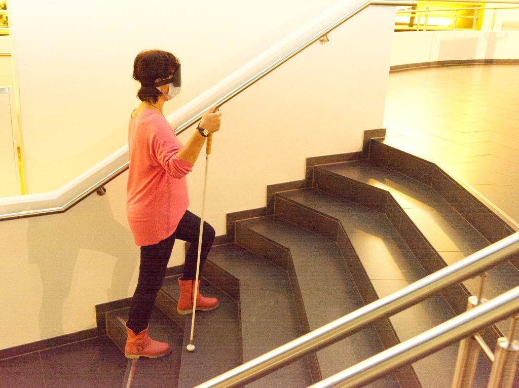 Vorübergehend blind geht Tanja vorsichtig die Treppe hoch (c) Andreas Larmann
