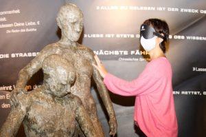 Tanja ertasten mit Augenmaske versehen vorsichtig eine Skulptur (c) Andreas Larmann