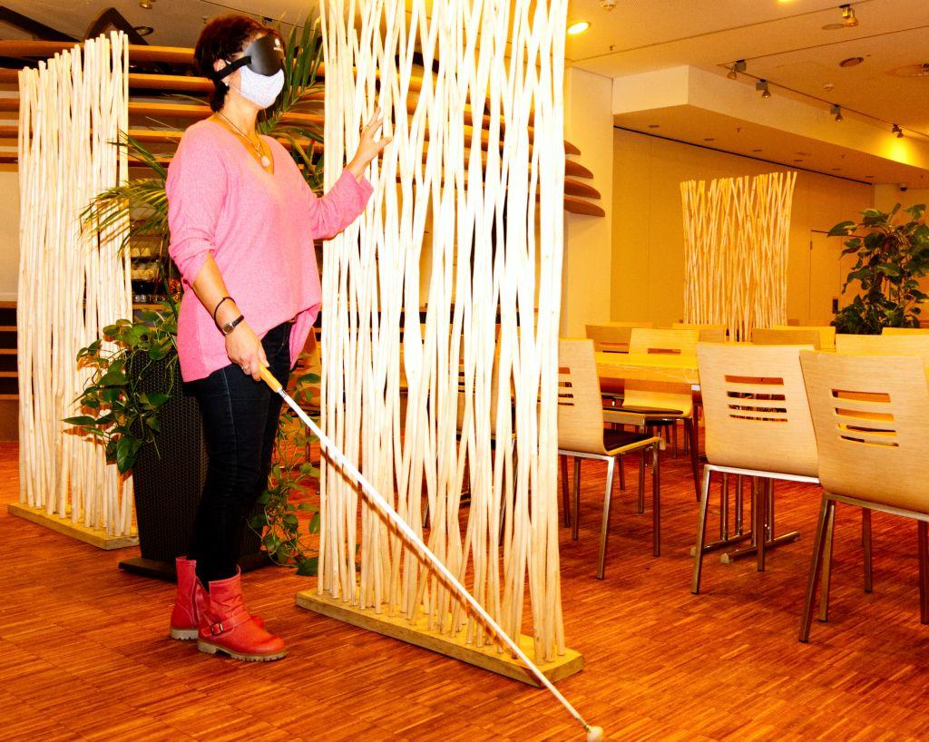 Vorsichtig ertastet Tanja blind ein Exponat im Klimahaus 8° Ost (c) Andreas Larmann