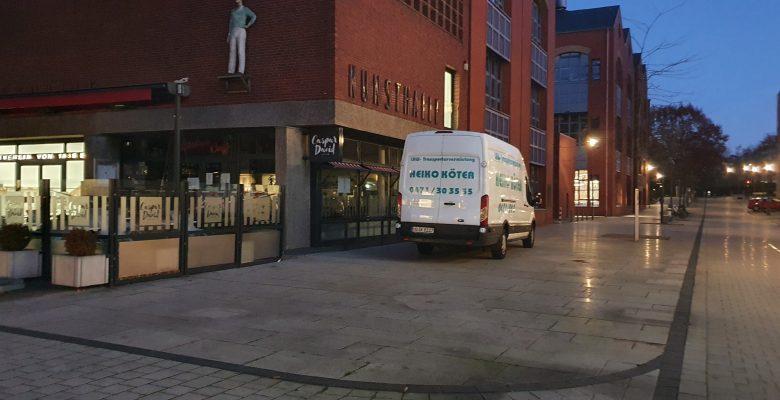 Ein Transporter steht im Morgengrauen vor der Kunsthalle.