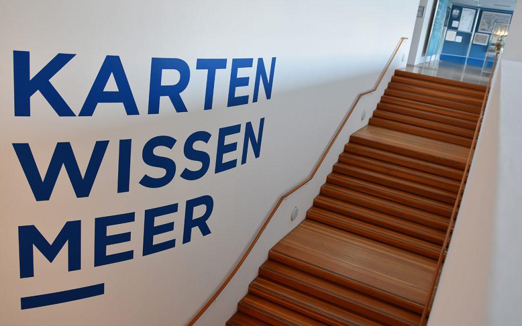 Der Eingangsbereich der Sonderausstellung KARTEN WISSEN MEER.
