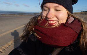 Autorin Mareike Heger an der Nordsee, im Hintergrund Ebbe.