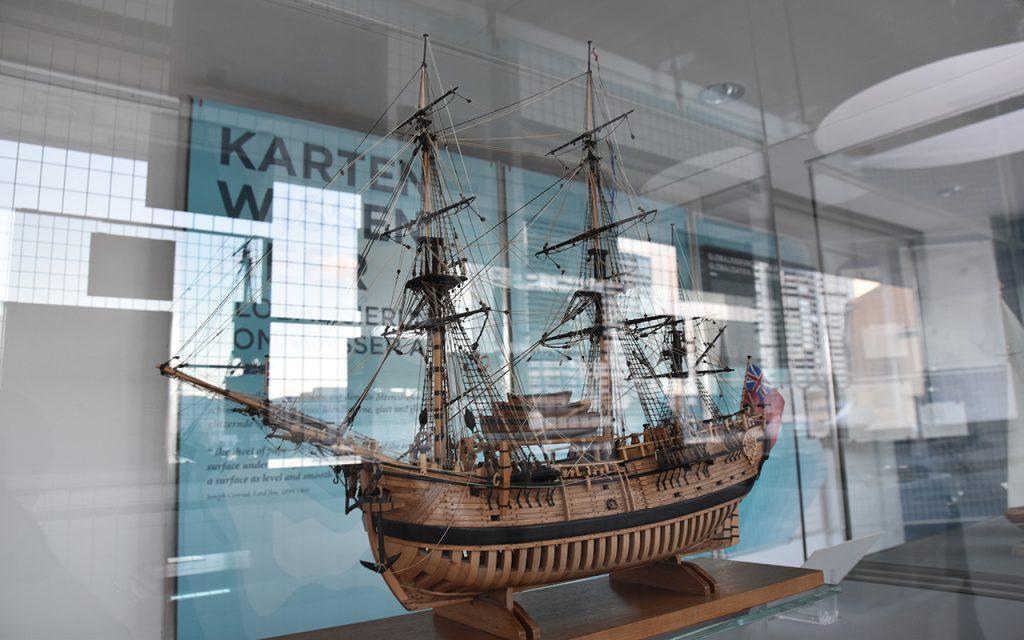Die Ausstellung wird durch Großexponate ergänzt. Hier ein Schiffsmodell aus unserer Sammlung.
