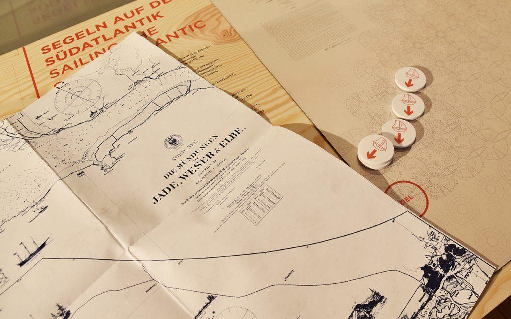 Karten falten und einen Weg finden: nur eine von verschiedenen interaktiven Stationen der Sonderausstellung.