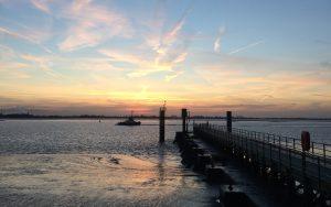 Die Weser am Lohmanndeich bei Ebbe im Sonnenuntergang. Unabhängig der Gezeiten ein wunderschönes Schauspiel.