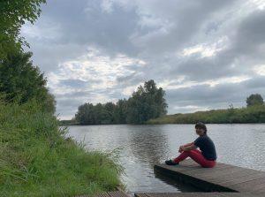 10 Gründe für Bremerhaven: Tanja sitzend auf einem Ponton an der Lune (c) Lina Selimi