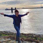 Tanja mit ausgebreiteten Armen vor der Weser (c) Tanja Mehl