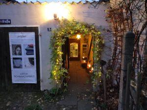 Der beleuchtete Eingang zur Werkstatt Edition Schwarzarbeit