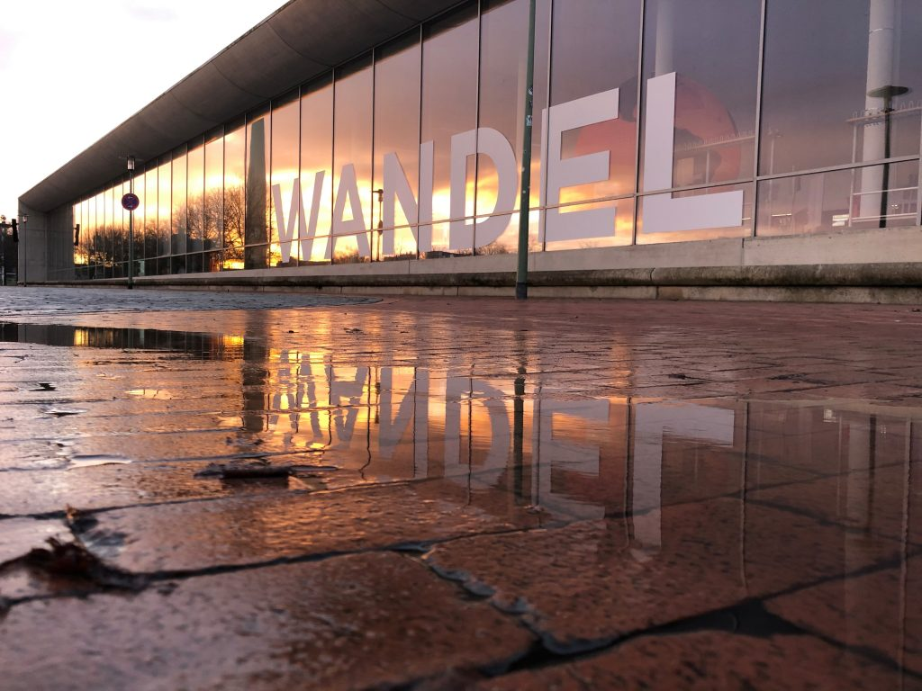 Das Außengelände des Deutschen Schifffahrtsmuseums bei Sonnenaufgang.