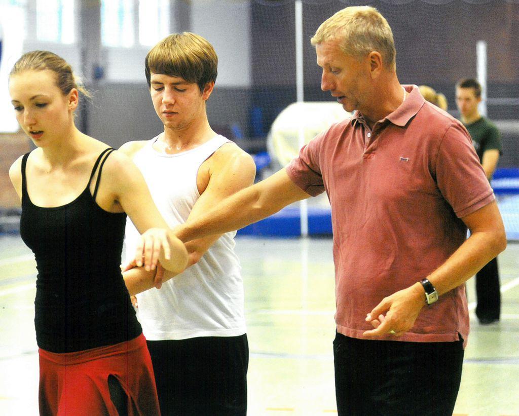 Tanzlehrer Horst Beer korrigiert Tänzer beim Training (c) Lothar Scheschonka