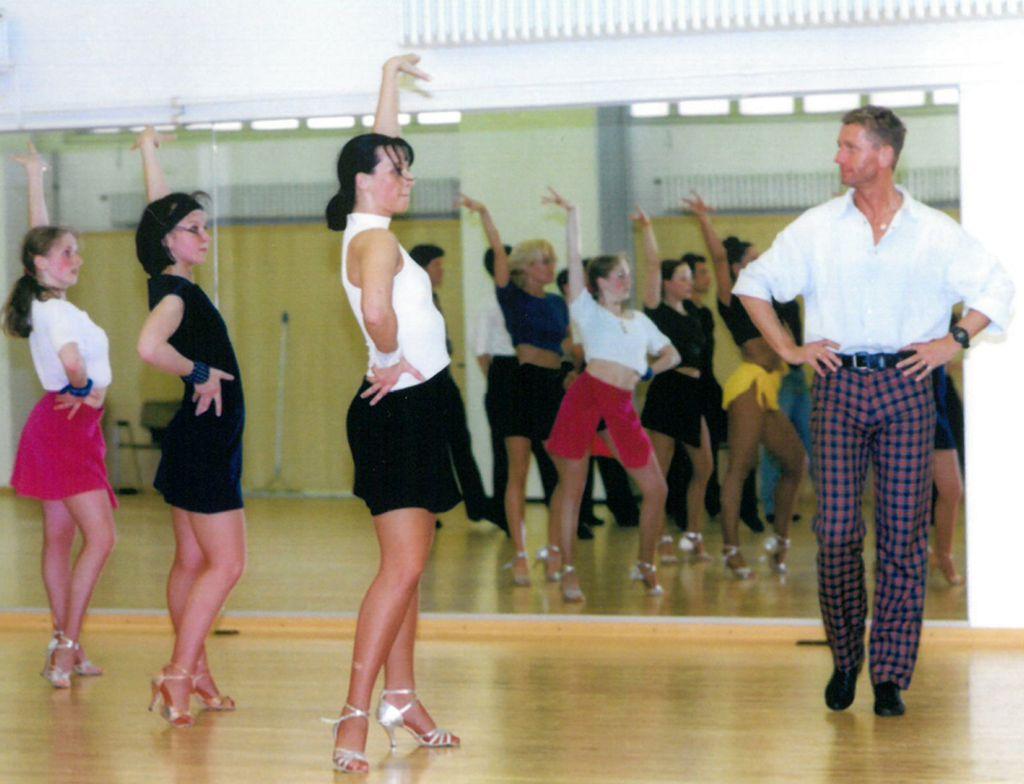 Horst Beer mit Tänzerinnen der Formation (c) Lothar Scheschonka