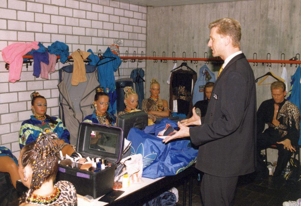 Horst Beer spricht in der Kabine zu den Tänzerinnen und Tänzern der Formation (c) Lothar Scheschonka
