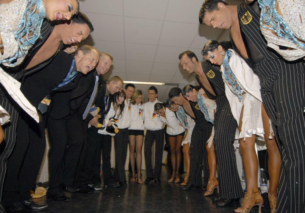 Tänzerinnen und Tänzer stimmen sich hinter den Kulissen auf ihren Auftritt ein (c) Lothar Scheschonka