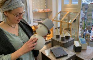 Die Keramikerin Angela Färber hat einen Keramikschneemann in der Hand