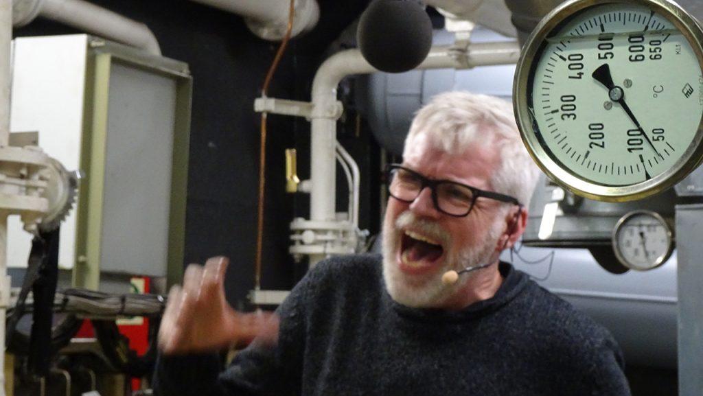 Richard Gonlag gibt bei den Aufnahmen an Bord alles, mit Mimik und Gestik.