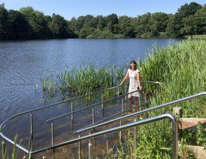 Tanja tritt Wasser im Kneippbecken im Park (c) Mailin Knoke