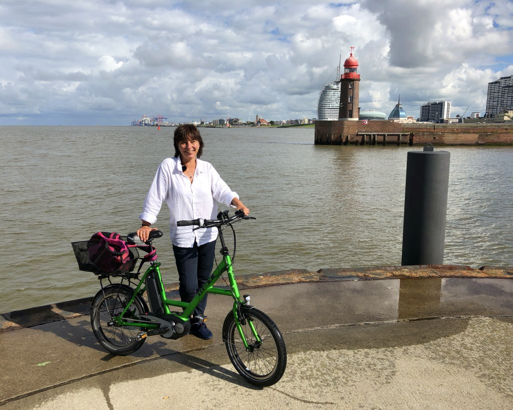 Tanja mit dem Rad an der Kaje vor der Skyline Bremerhavens (c) Mailin Knoke