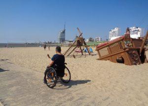 Rollstuhlfahrerin am Weser-Strandbad in Bremerhaven (c) Tanja Albert