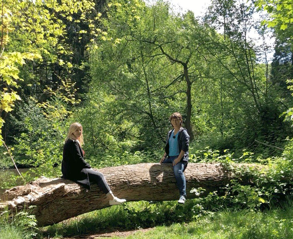 Mailin und Tanja auf einem umgefallenen Baumstamm im Bürgerpark (c) Selbstauslöser
