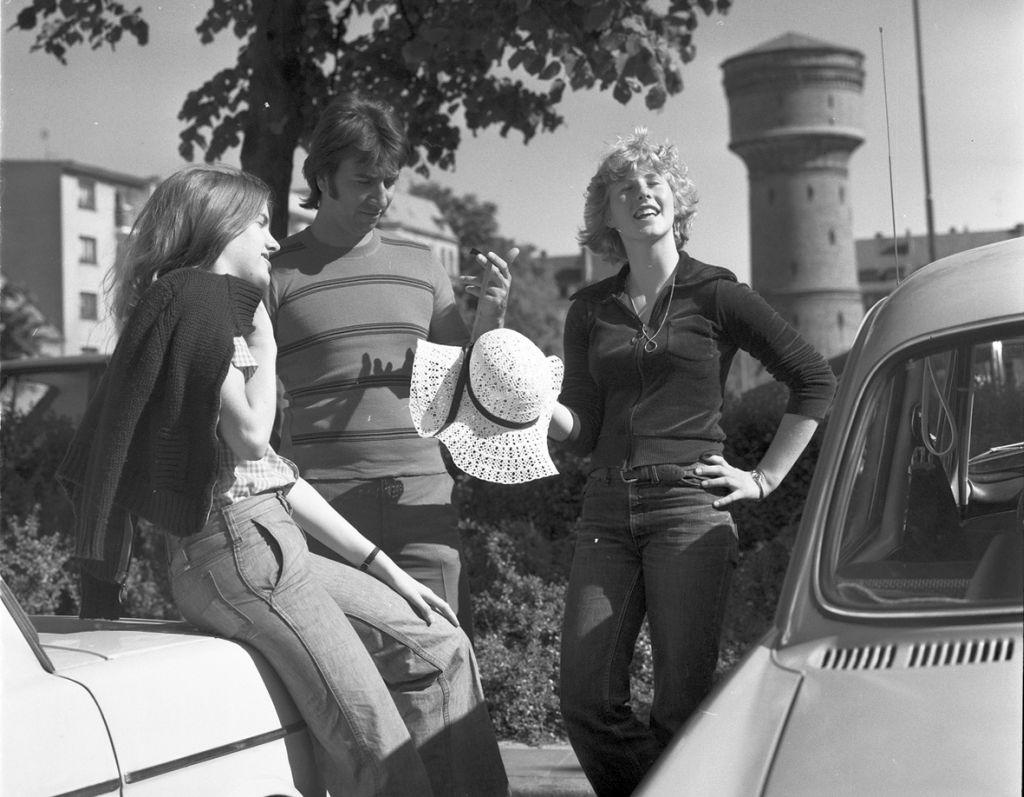 Jugendliche stehen zwischen Autos vor dem Wasserturm in Geestemünde (c) Archiv Historisches Museum Bremerhaven