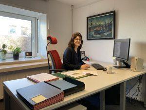Kerstin Ras-Dürschner am Schreibtisch