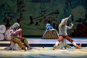 Aberglaube am Theater: Stricknadeln auf der Bühne bedeuten Unheil. Wildschwein Gundula strickt in Robin Hood (c) Manja Herrmann