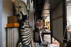 Im Theater stolpere ich bei der Suche nach Aberglaube schon auf das eine oder andere Skelett