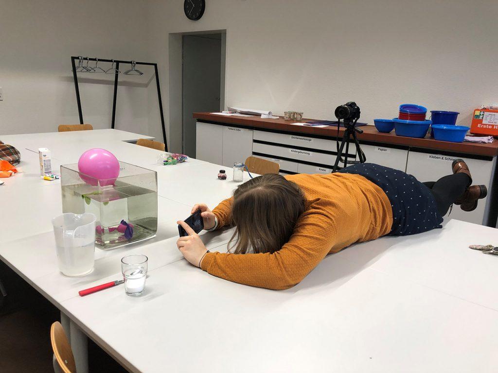 Für die Filmaufnahmen muss man auch mal Körpereinsatz bringen: für ein Experiment lag ich auf dem Tisch.